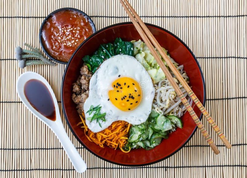 Bibimbap in una ciotola, piatto coreano dalla cima fotografie stock libere da diritti