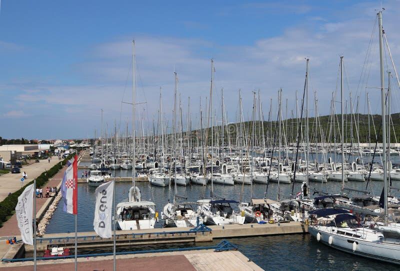 Bibinie Sukoshan, Croácia - sept 2 2018: Muitos navigação e iate do motor amarraram no D-porto Dalmacja Vista de uma altura Infra fotos de stock