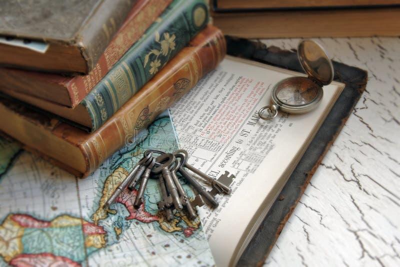 Bible antique et clés photos stock