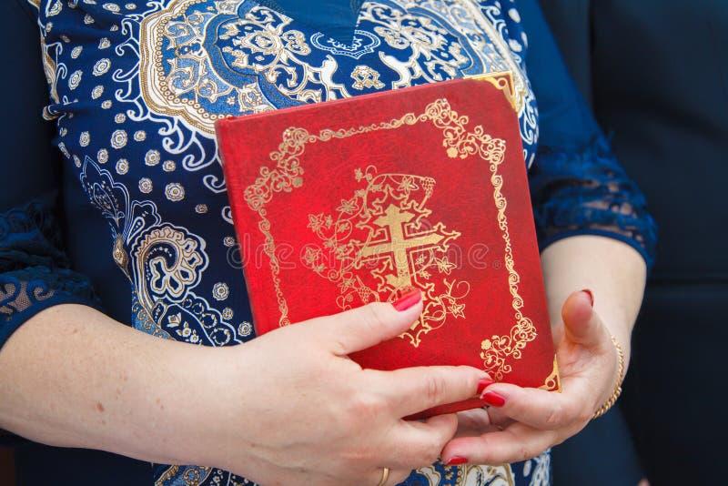 Bible dans les mains photographie stock libre de droits