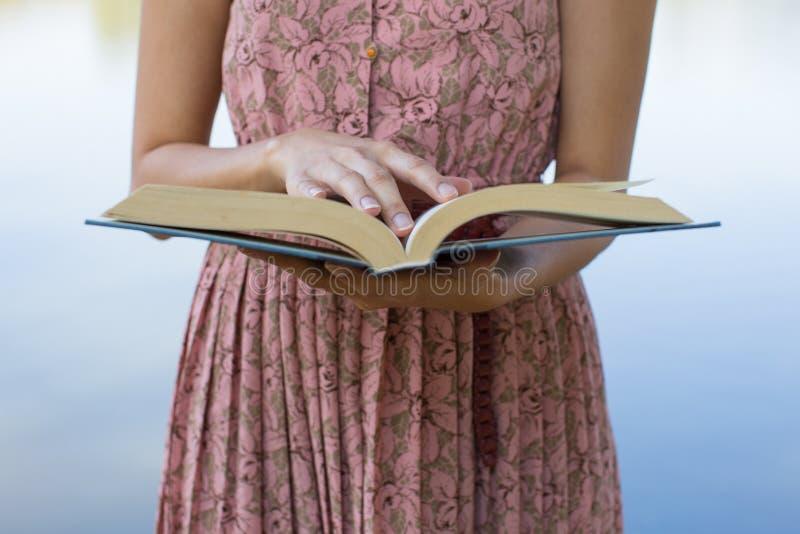 Bible de lecture de jeune femme en parc naturel photo stock