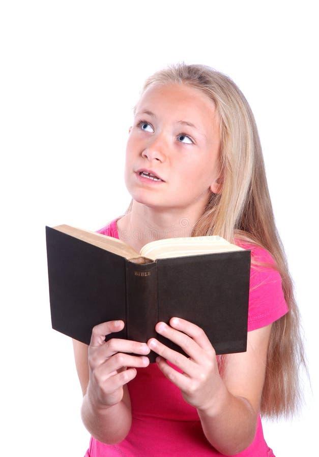 Bible du relevé de petite fille sur le blanc photographie stock libre de droits