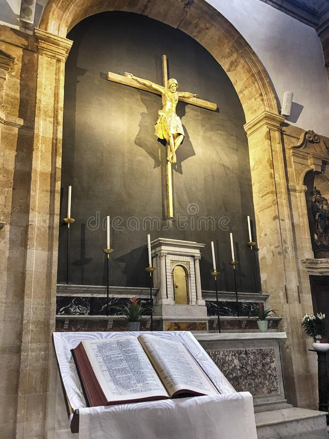 Bible Et Autel Dans Une Église image libre de droits