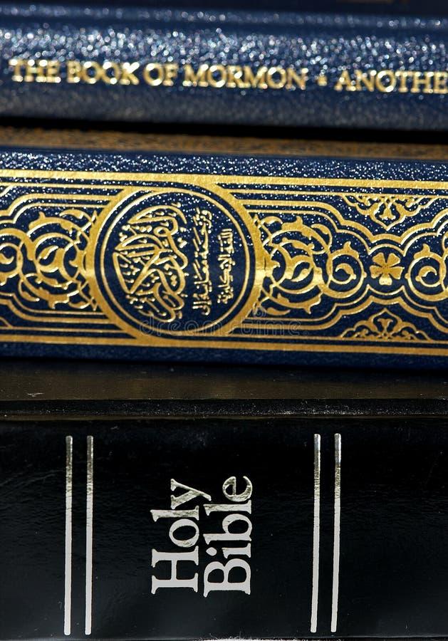 Bible et Coran (Qur'an) et livre de mormon photos libres de droits