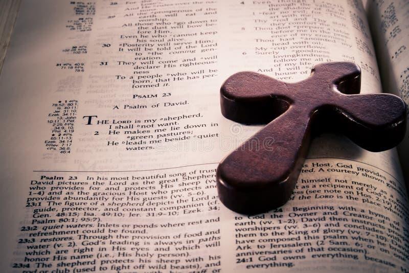 Bible et croix photographie stock libre de droits