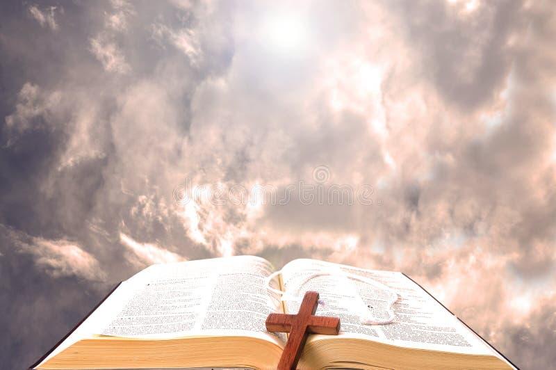 Bible et les cieux comme fond photo libre de droits