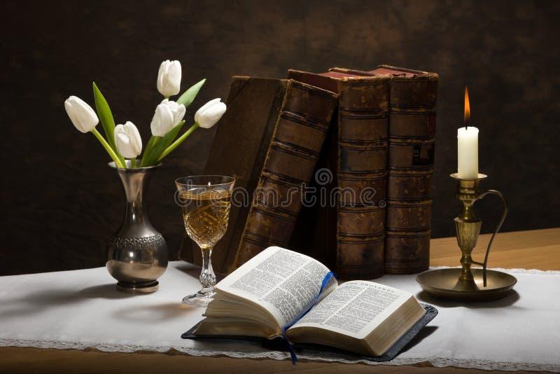 Bible illuminée par des bougies images libres de droits