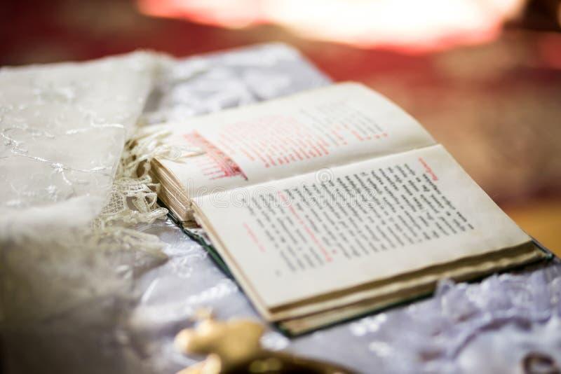 Bible, livre d'église, la bible sur l'autel, une bible ouverte photo libre de droits