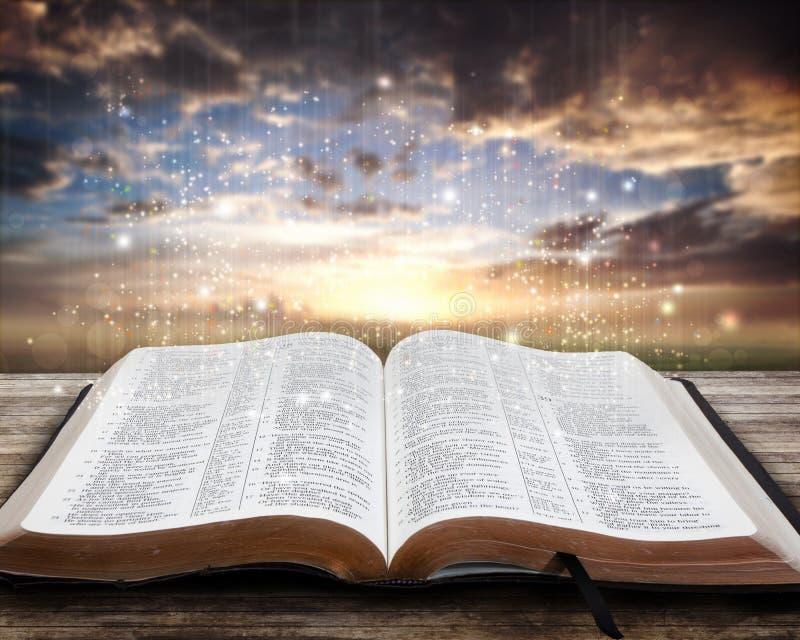 Bible rougeoyante au coucher du soleil photo libre de droits