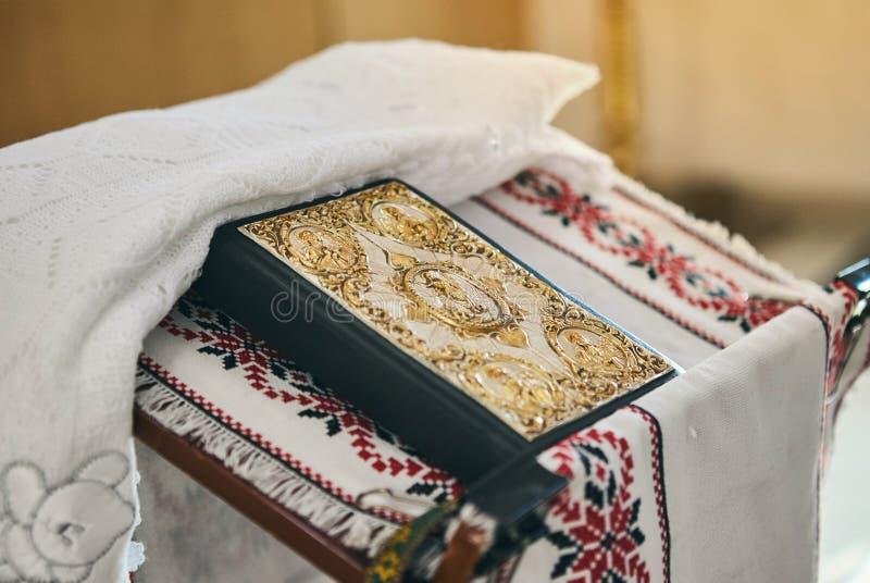 Bible sur l'autel images libres de droits