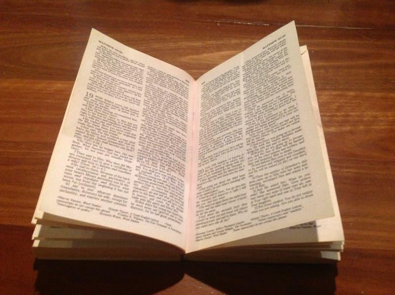 Bible sur le bois photographie stock libre de droits