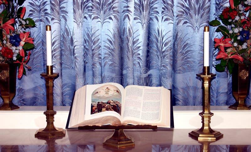 Bible Sur Le Stand Photo libre de droits