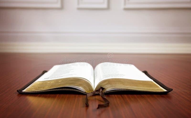 Biblia Abierta En Un Piso De Madera Imagen De Archivo Imagen De Abierto Pared 82218213