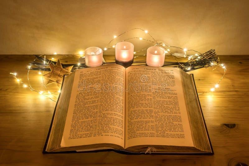 Biblia alemana vieja con las velas imágenes de archivo libres de regalías