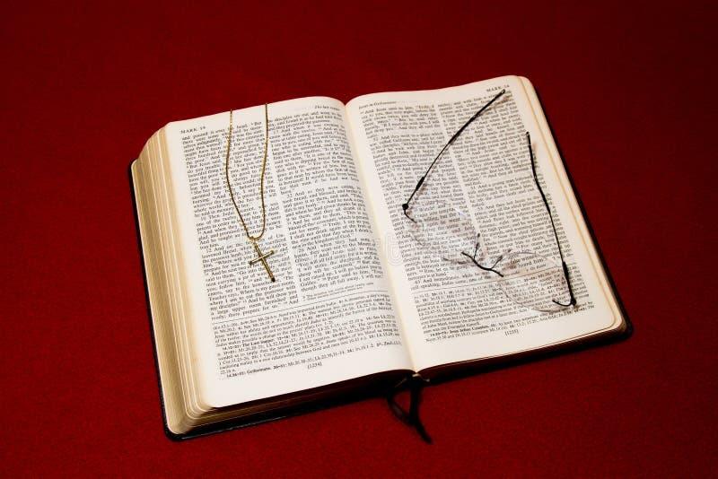 Biblia con crucifijo fotos de archivo
