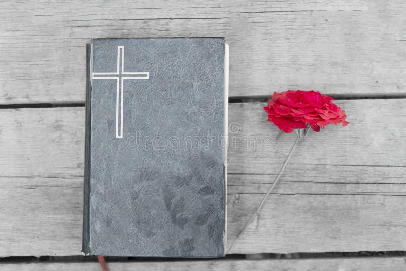 Biblia con Rose roja imagen de archivo