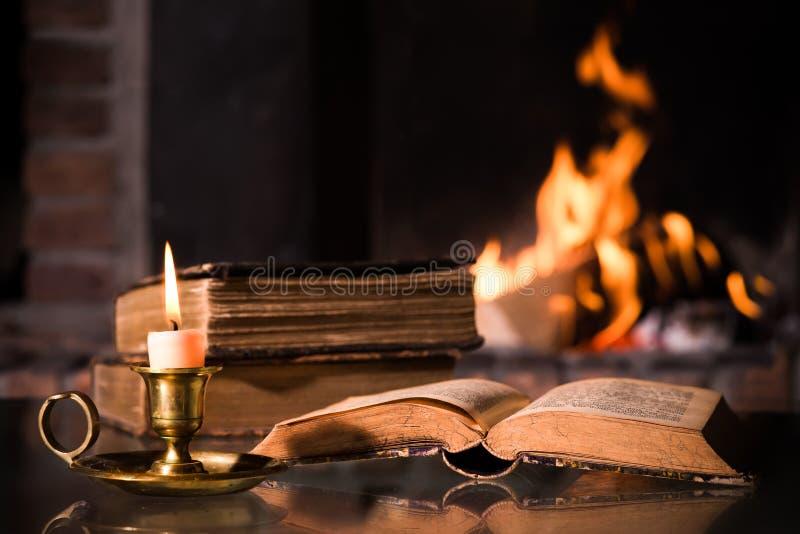 Biblia con una vela ardiente fotografía de archivo