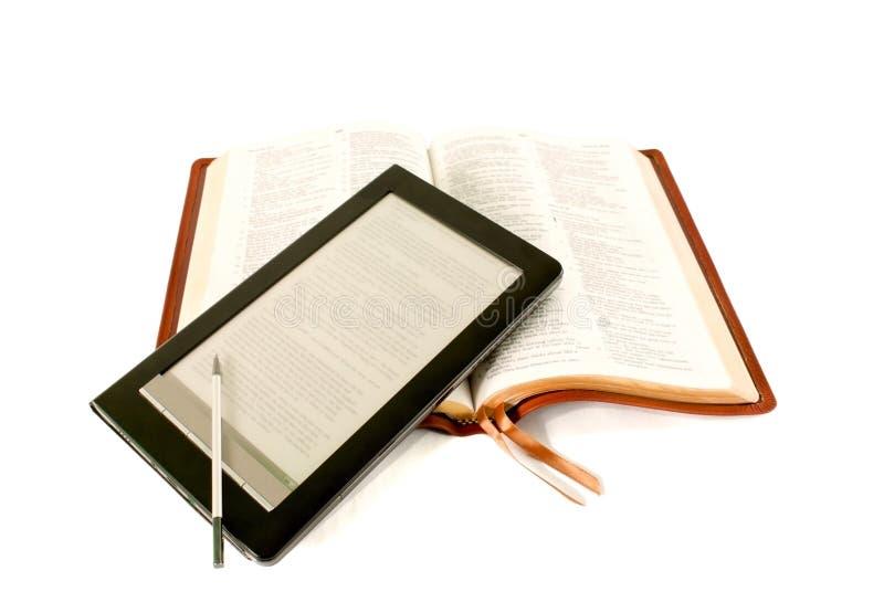 biblia czytelnik książkowy elektroniczny target1190_0_ zdjęcia royalty free
