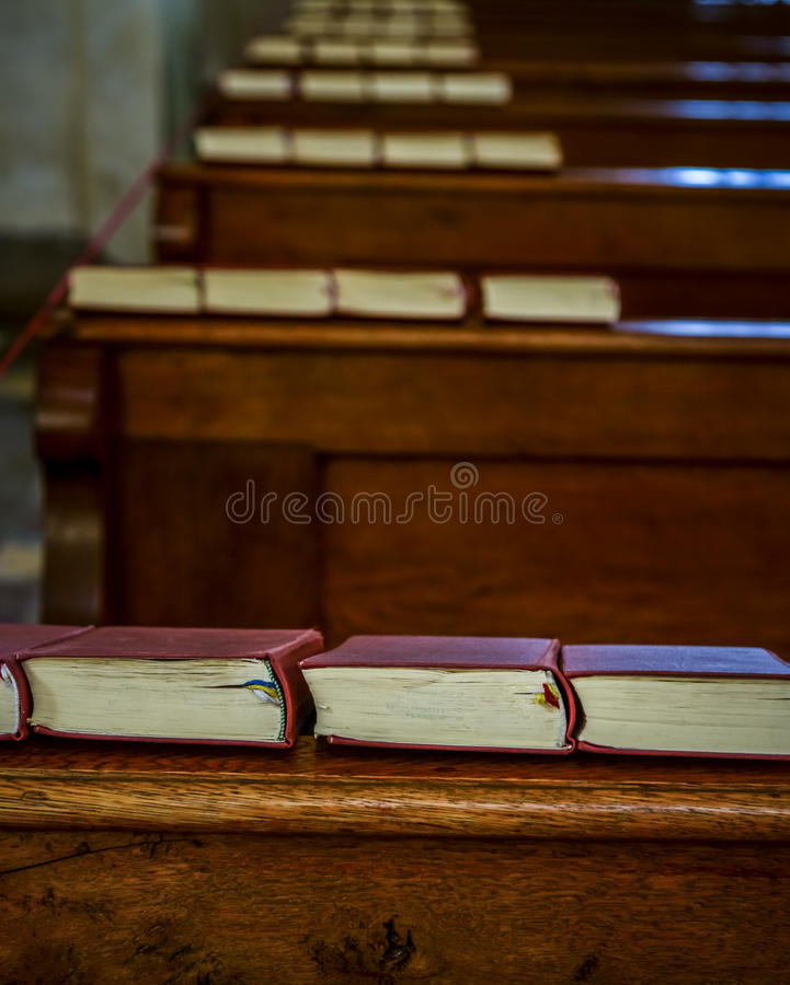 Biblia en el banco de la iglesia foto de archivo libre de regalías