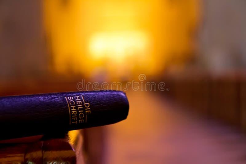Biblia en iglesia en un banco imágenes de archivo libres de regalías