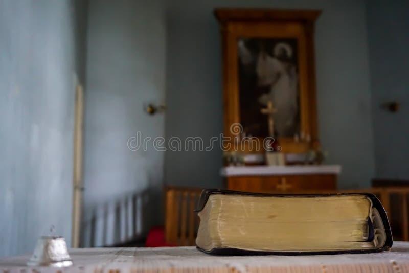 Biblia en la iglesia luterana evangélica de Koknese foto de archivo libre de regalías