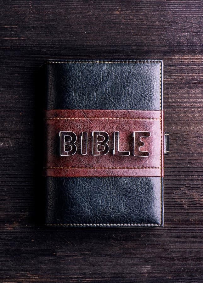 Biblia en la tabla de madera, muestra hecha de los cortadores de la galleta imagenes de archivo