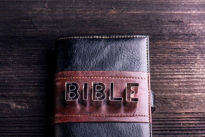 Biblia en la tabla de madera, muestra hecha de los cortadores de la galleta fotografía de archivo libre de regalías