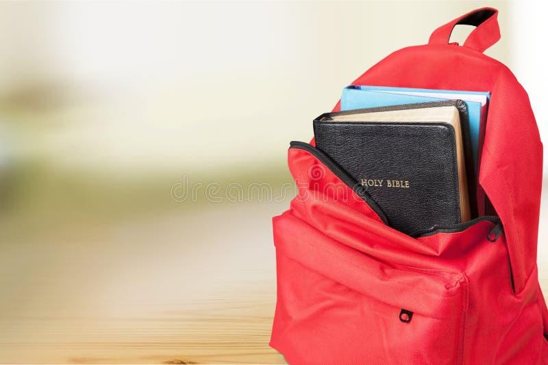 Biblia en mochila fotografía de archivo libre de regalías