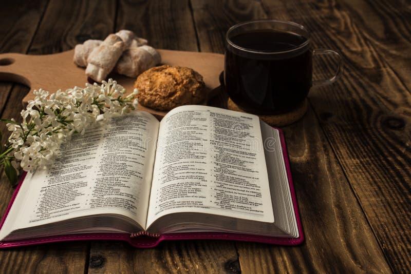 Biblia i kawa fotografia royalty free