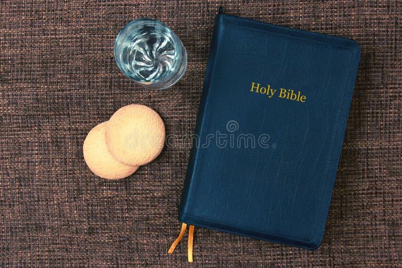 Biblia jest chlebowa i wodna na stole zdjęcie royalty free