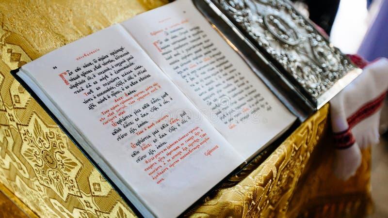 Biblia na biurku lub pulpicie, święty pulpit w kościelnym d zdjęcie stock