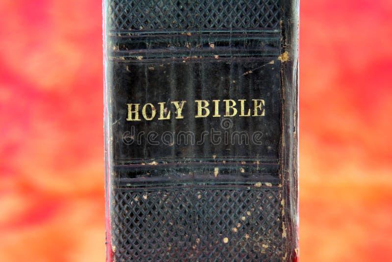 Biblia Negra Vieja En Infierno Fotos de archivo