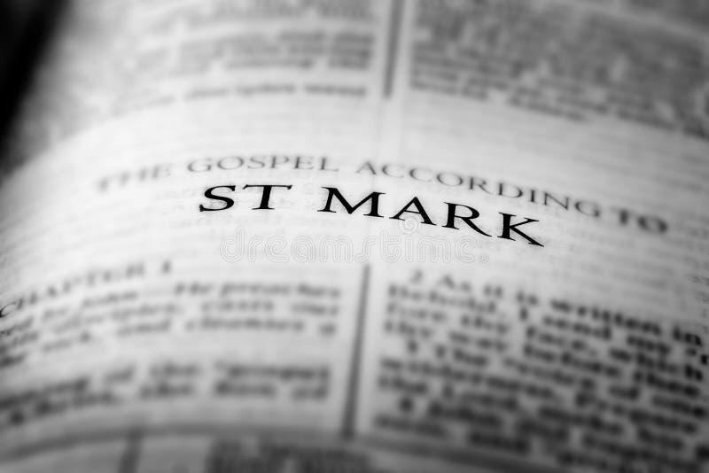 Biblia Nuevo Testamento Evangelio Cristiano San Marcos imagenes de archivo
