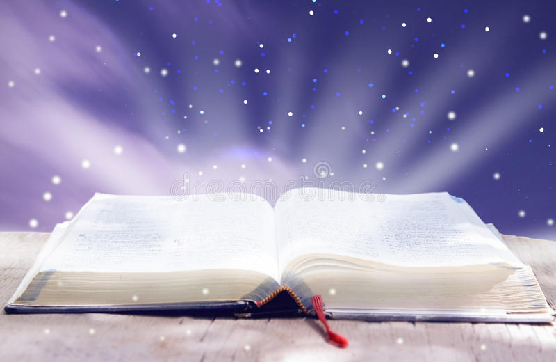 Biblia que brilla intensamente abierta imágenes de archivo libres de regalías