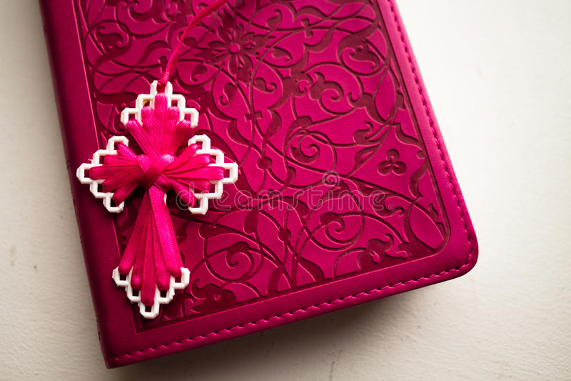 Biblia rosada con la cruz rosada hecha a mano en ella imagen de archivo