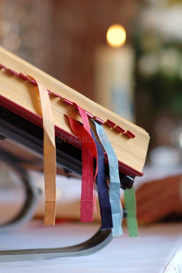 Biblia santa con las direcciones de la Internet coloridas foto de archivo