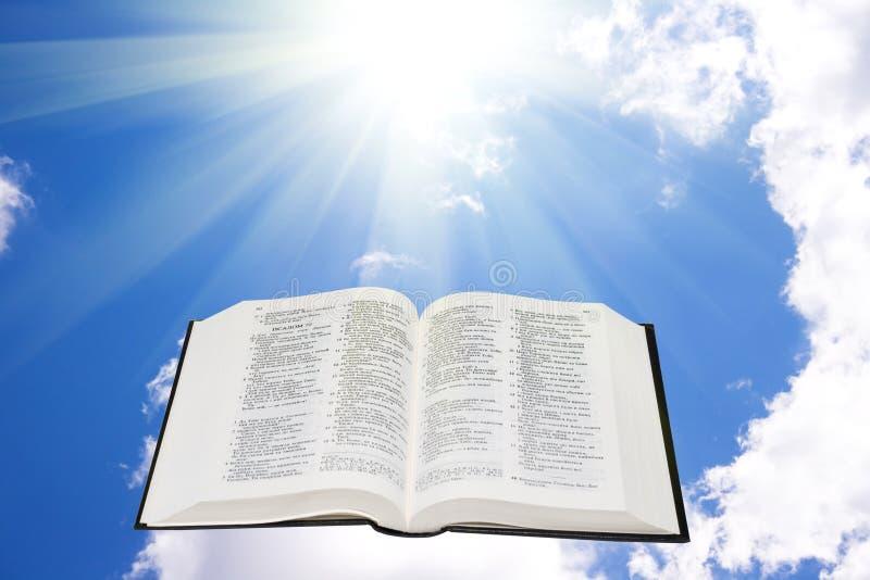 Biblia santa en el cielo iluminado por una luz del sol imágenes de archivo libres de regalías