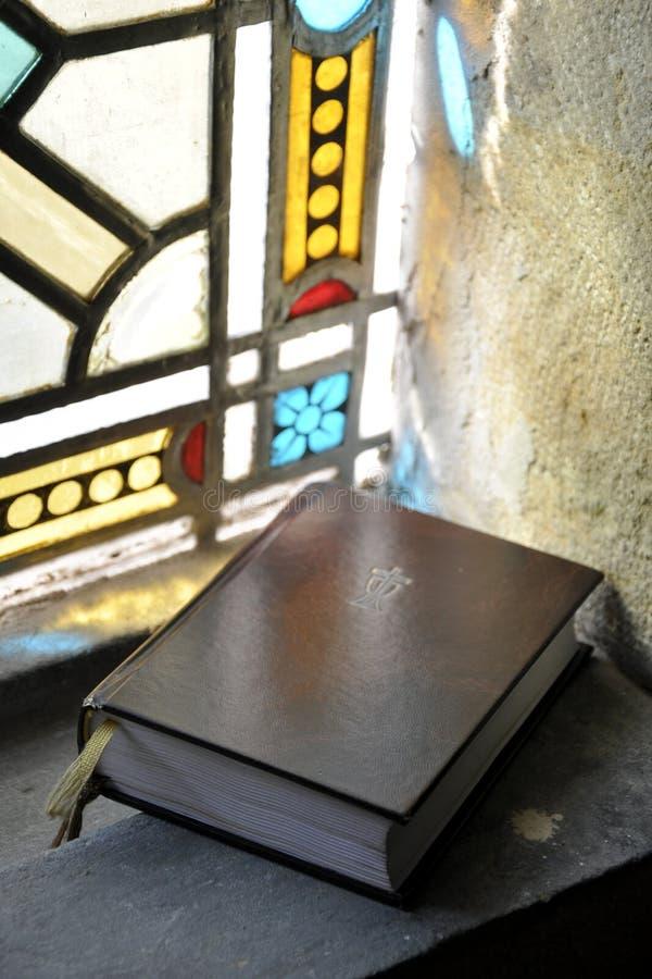 Biblia santa en ventana imagenes de archivo