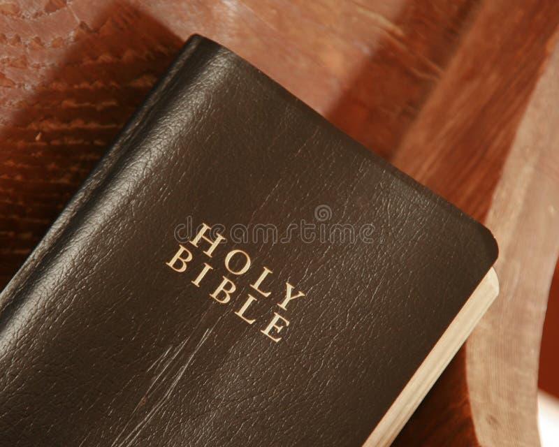 Biblia vieja en un banco de la iglesia imagenes de archivo