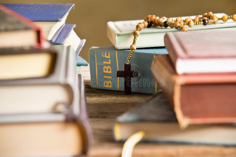 Biblia W półka na książki fotografia royalty free
