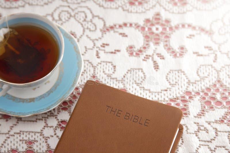 Biblia Wykładał z herbatą dla damy biblii nauki fotografia stock