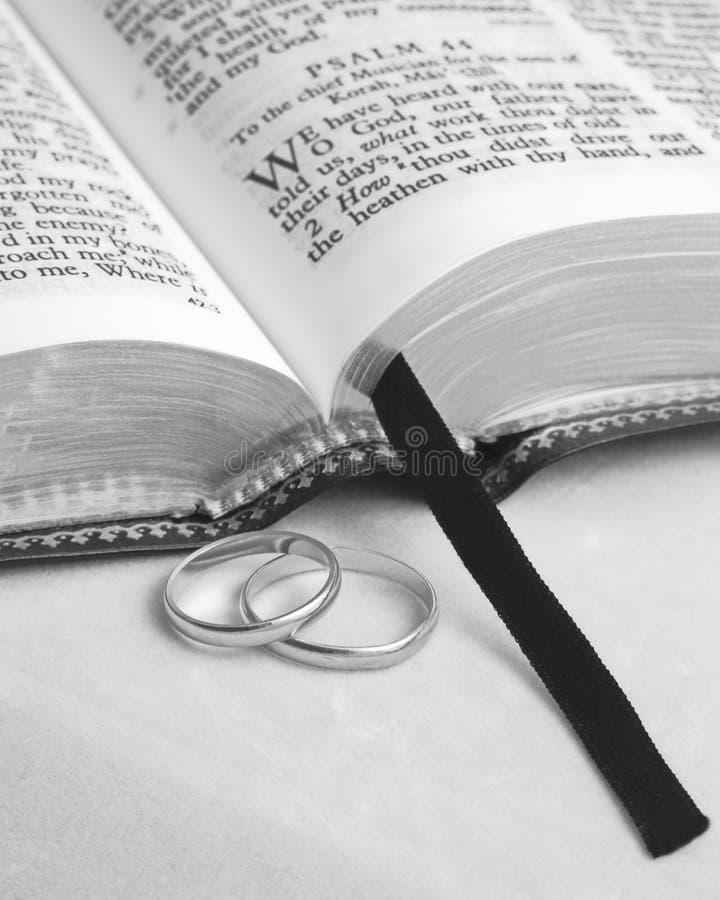 Biblia y anillos foto de archivo libre de regalías