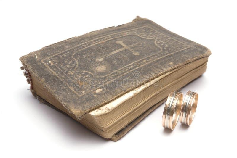 Biblia y anillos de bodas imagen de archivo