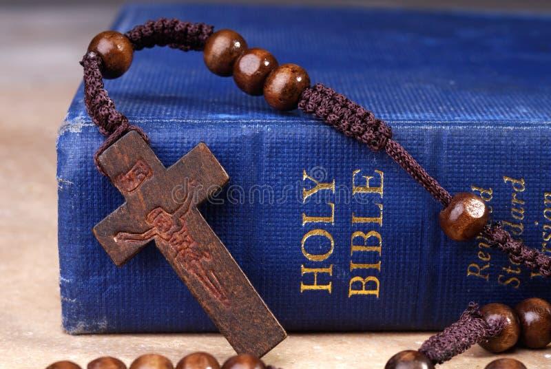 Biblia y cruz fotografía de archivo libre de regalías