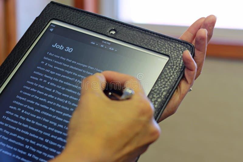Biblia y iPad imagen de archivo