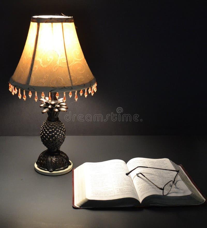 Biblia y Lamp-01 imágenes de archivo libres de regalías