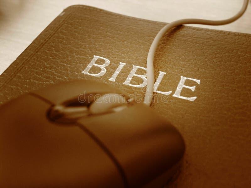 Biblia y ratón - ascendente cercano foto de archivo