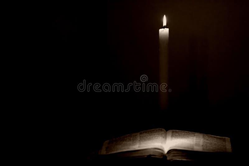 Biblia y vela fotos de archivo libres de regalías