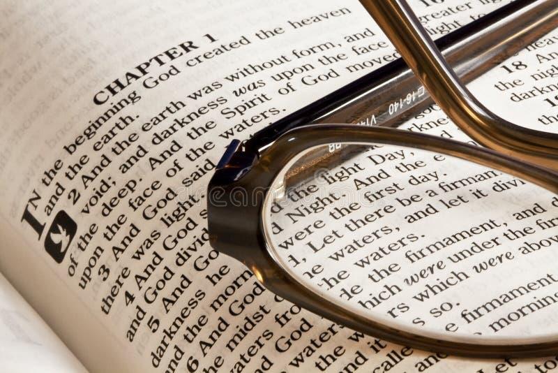 Biblia y vidrios imágenes de archivo libres de regalías