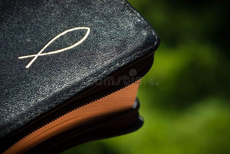 Biblia z chrześcijańskim symbolem obraz stock